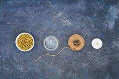 Candela di Natale da un barattolo - come fare un bello candeliere con una candela elettrica fatta dai materiali del residuo DIY P immagine stock