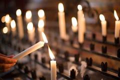Candela di preghiera di illuminazione della donna Fotografia Stock