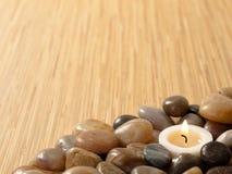 Candela di zen in ciottoli immagini stock libere da diritti