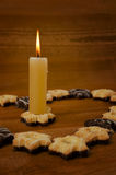 Candela e biscotti Fotografie Stock