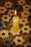 Candela e biscotti Fotografie Stock Libere da Diritti