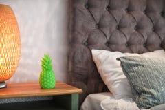 Candela e lampada a forma di dell'ananas sul comodino fotografia stock libera da diritti