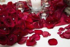 Candela e mazzo di Rose Petals Center Piece With fotografia stock libera da diritti