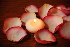 Candela e petali di rosa Fuoco selettivo sulla candela Fotografie Stock Libere da Diritti