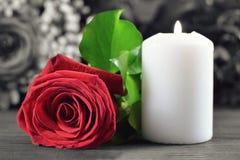 Candela e rosa rossa bianche fotografia stock libera da diritti