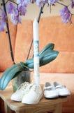 Candela e scarpe di battesimo Fotografie Stock Libere da Diritti