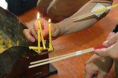 Candela ed incenso accesi per Buddha Fuoco selettivo Immagine Stock