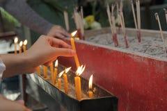 Candela ed incenso accesi per Buddha Fuoco selettivo Fotografia Stock