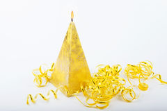 Candela fatta a mano decorativa sotto forma di una piramide immagini stock libere da diritti