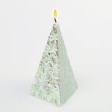 Candela fatta a mano decorativa sotto forma di una piramide su bianco fotografia stock libera da diritti