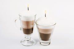 Candela fatta a mano sotto forma di tazza di irish coffee fotografie stock