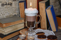 Candela fatta a mano sotto forma di tazza di irish coffee con caffè fotografia stock