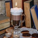 Candela fatta a mano sotto forma di tazza di irish coffee con caffè fotografia stock libera da diritti