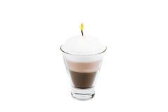 Candela fatta a mano sotto forma di tazza di irish coffee con caffè e fotografie stock