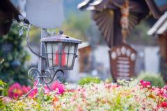 Candela/lanterna al cimitero, funerale, dispiacere Spazio della copia e di Floerws fotografie stock libere da diritti