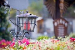 Candela/lanterna al cimitero, funerale, dispiacere Spazio della copia e di Floerws immagini stock