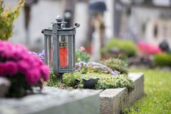 Candela/lanterna al cimitero, funerale, dispiacere immagini stock libere da diritti