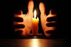 Candela nelle mani Fotografia Stock Libera da Diritti