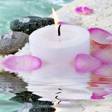 Candela, pietre e petali Fotografie Stock Libere da Diritti