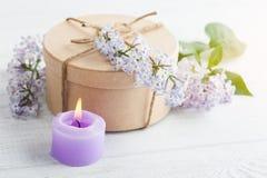 Candela porpora di Lit e fiori lilla Fotografia Stock Libera da Diritti