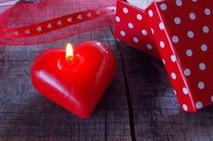Candela rossa con il presente Fotografia Stock Libera da Diritti