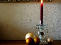 Candela rossa di Natale con le palle di natale dell'oro Immagini Stock