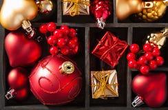 Candela rossa e dorata del contenitore di regalo di natale e della lanterna della decorazione Fotografia Stock