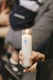 Candela santa ad un battesimo cristiano di un bambino neonato Fotografia Stock Libera da Diritti