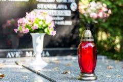 Candela sulla tomba Immagini Stock