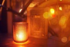 Candela in un candeliere fotografia stock