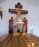 Candela in un candeliere prima della croce Fotografie Stock