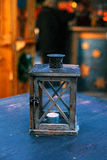 Candela in un candeliere su una tavola di legno Stile decorato rustico Fotografia Stock