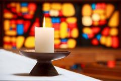Candela in una chiesa con un mosaico Immagini Stock