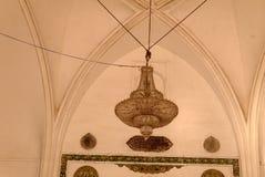 Candelabro antigo no teto decorado com arcos fotografia de stock royalty free
