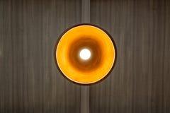 Candelabro com a luz morna que pendura no teto de madeira fotografia de stock