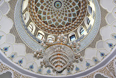 Candelabro com testes padrões bonitos na mesquita Imagem de Stock
