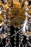 Candelabro contemporâneo do ouro isolado no fundo preto Close-up Crystal Chandelier imagens de stock