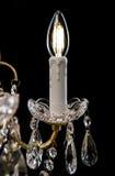 Candelabro contemporâneo do ouro isolado no fundo preto Close-up Crystal Chandelier imagem de stock