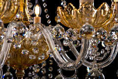Candelabro contemporâneo do ouro isolado no fundo preto Close-up Crystal Chandelier foto de stock royalty free