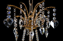 Candelabro contemporâneo do ouro isolado no fundo preto Close-up Crystal Chandelier foto de stock