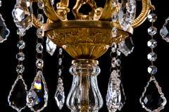 Candelabro contemporâneo do ouro isolado no fundo preto Close-up Crystal Chandelier fotos de stock