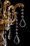 Candelabro contemporâneo do ouro isolado no fundo preto Close-up Crystal Chandelier fotografia de stock