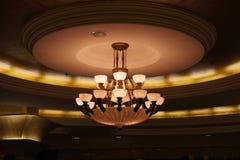 Candelabro da lâmpada em Salão redondo Foto de Stock Royalty Free