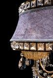 Candelabro de bronze contemporâneo, projeto de veludo isolado no fundo preto Close-up Crystal Chandelier foto de stock