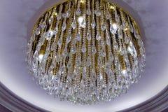 Candelabro de cristal bonito e redondo em uma sala Diamond Crystal Chandelier Lamp com projeto luxuoso Close-up de um cr bonito fotografia de stock