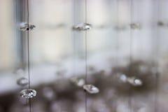 Candelabro de cristal contemporâneo no interior da sala Fim acima Cristais suspendidos em uma corda Crystal Chandelier fotos de stock royalty free