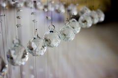 Candelabro de cristal contemporâneo no interior da sala Fim acima Cristais suspendidos em uma corda Crystal Chandelier fotos de stock