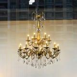Candelabro de cristal luxuoso, lâmpada de cristal, iluminação da arte, luz da arte, lâmpada da arte, iluminação da arte, lembranç Imagem de Stock