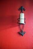 Candelabro de parede da vela na parede vermelha Imagens de Stock