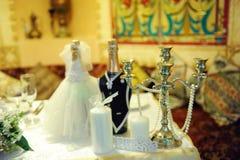 Candelabro do castiçal do vintage na decoração do casamento Champagne nos vestidos dos noivos imagem de stock royalty free